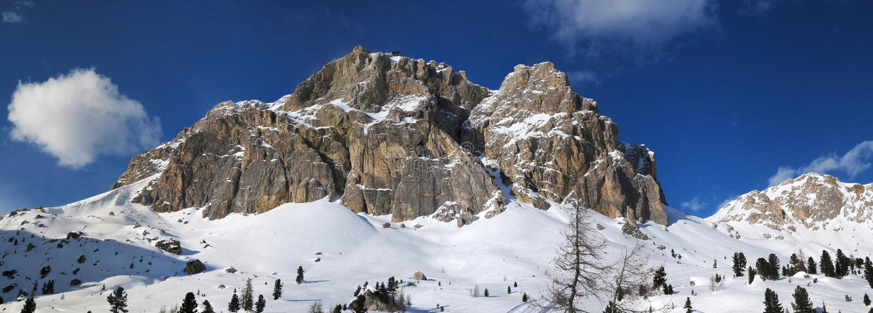 Montanha de Lagazuoi como visto de Passo Falzarego no inverno, dolomites, ` Ampezzo da cortina d, Belluno, Vêneto, Itália foto de stock royalty free