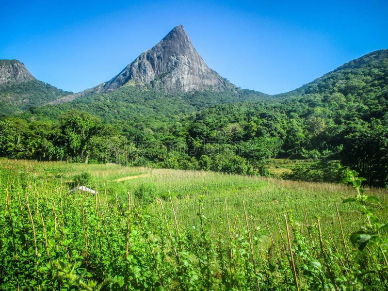 A montanha de Lakegala está na vila de Meemure, Sri Lanka fotografia de stock