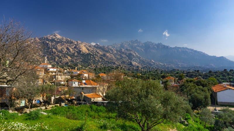 Montanha de Latmos Besparmak e a vila de Kapikiri entre as ruínas de Heracleia Milas, Aydin, Turquia foto de stock royalty free