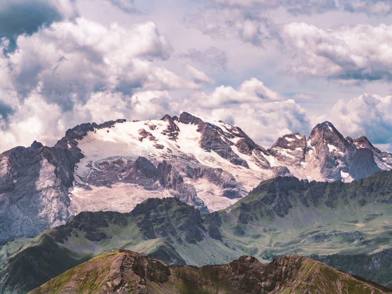 Montanha de Marmolada nas dolomites com nuvens impressionantes imagem de stock