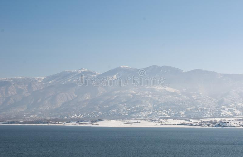 Montanha de Olympus Vista de Techniti Limni Polifitou fotos de stock