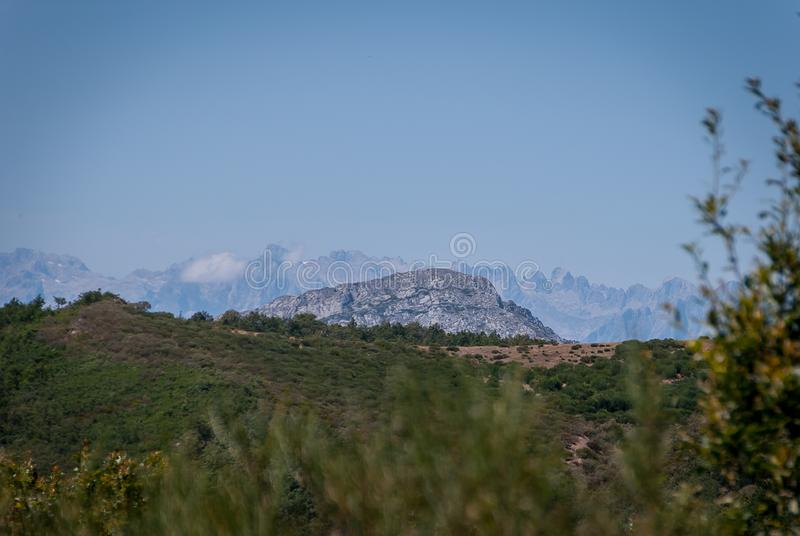 Montanha de Palencia e de Picos de Europa no fundo Parque nacional de Fuentes Carrionas Palencia fotografia de stock