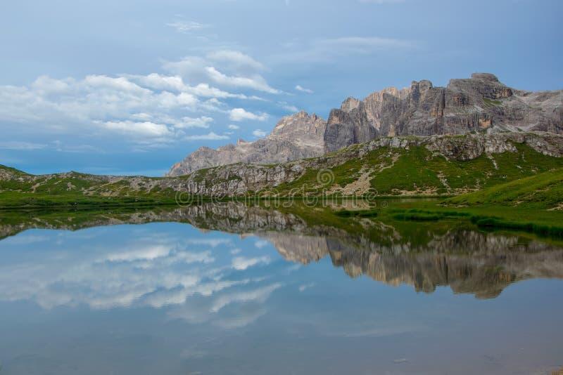 A montanha de Paterno refletiu na água de superfície lisa do dei Piani de Laghi, dolomites, Trentino Alto Adige, Itália fotografia de stock