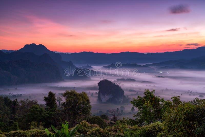 Montanha de Phulangka com myst e nascer do sol no nacional de Phu Langka fotografia de stock royalty free