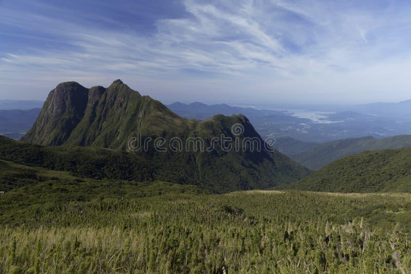 Montanha de Pico Parana perto de Curitiba - Serra faz Ibitiraquire imagem de stock