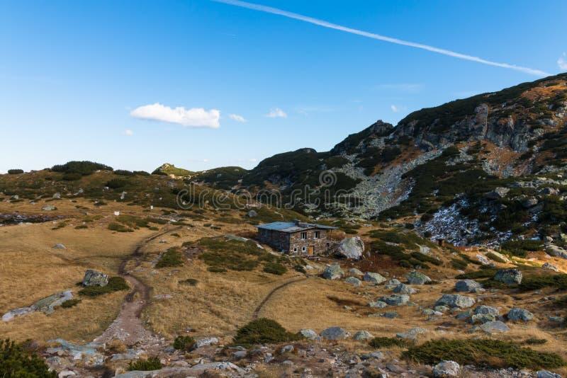 A montanha de Rila e a cabana da caça ajardinam, Bulgária fotografia de stock royalty free