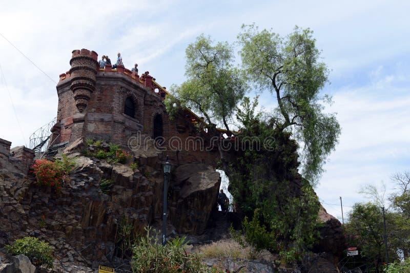 A montanha de Santa Lucia no Santiago do centro No pé deste conquistador da montanha Pedro de Valdivia fundou a cidade imagens de stock
