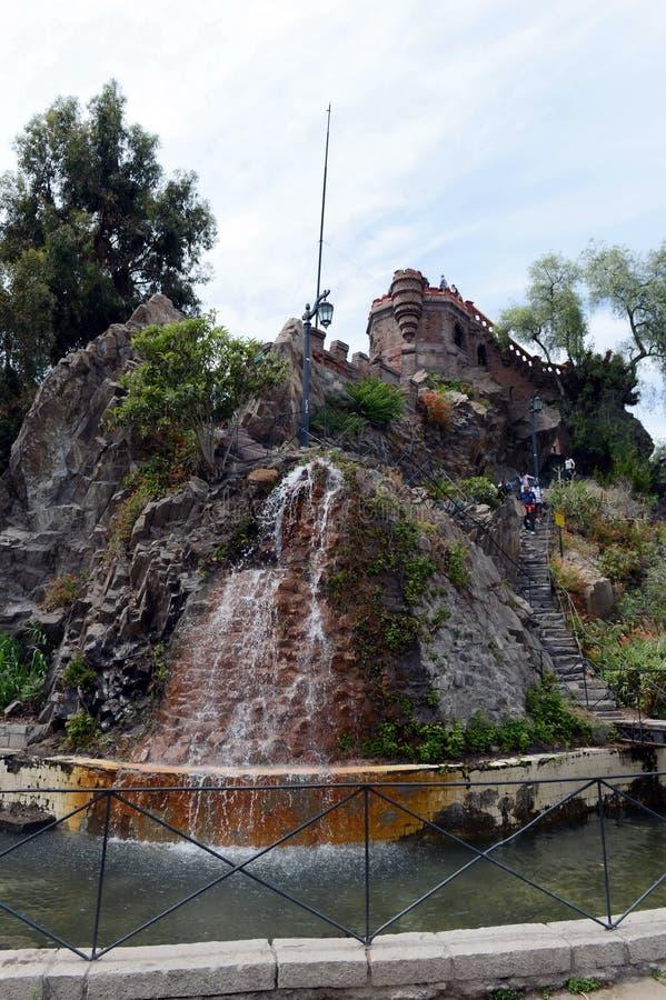 A montanha de Santa Lucia no Santiago do centro No pé deste conquistador da montanha Pedro de Valdivia fundou a cidade foto de stock royalty free