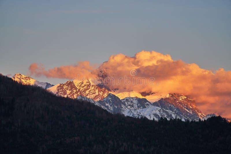 Montanha de Tetnuldi coberta com as nuvens durante espetacular Tetnuldi é um pico proeminente na parte central do Cáucaso maior fotos de stock