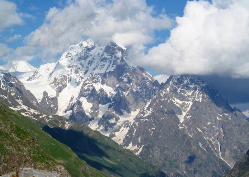 Montanha de Ushba, picos rochosos e pedras com neve em montanhas caucasianos em Geórgia imagem de stock royalty free