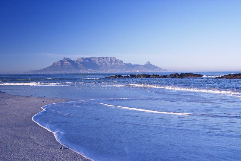 Montanha distante através do mar foto de stock royalty free