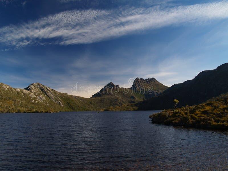 Montanha do berço sobre a pomba do lago fotografia de stock royalty free