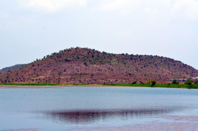 A montanha do lado do lago fotos de stock