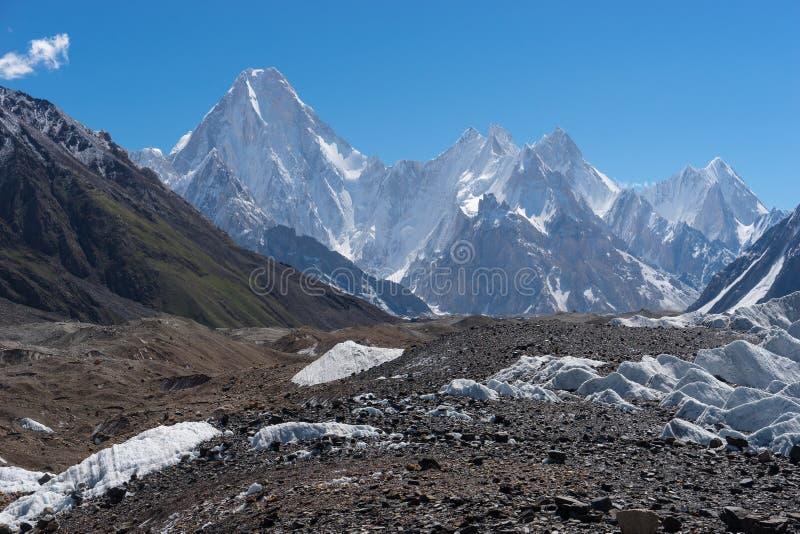 A montanha do maciço de Gasherbrum com muitos repica, o passeio na montanha K2 fotografia de stock royalty free
