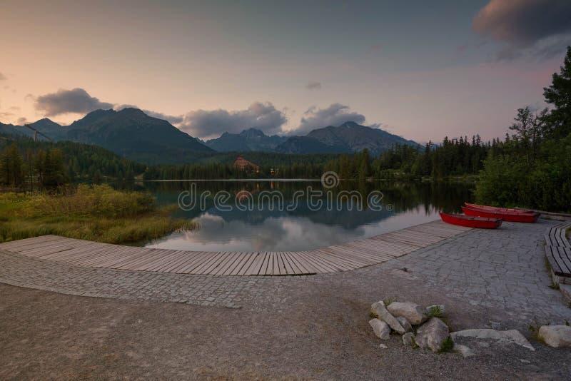 Montanha do panorama, lago Strbske Pleso nas montanhas de Tatry Cores do verão, opinião do por do sol foto de stock royalty free