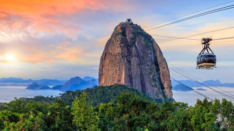 Montanha do teleférico e do Sugar Loaf imagens de stock royalty free