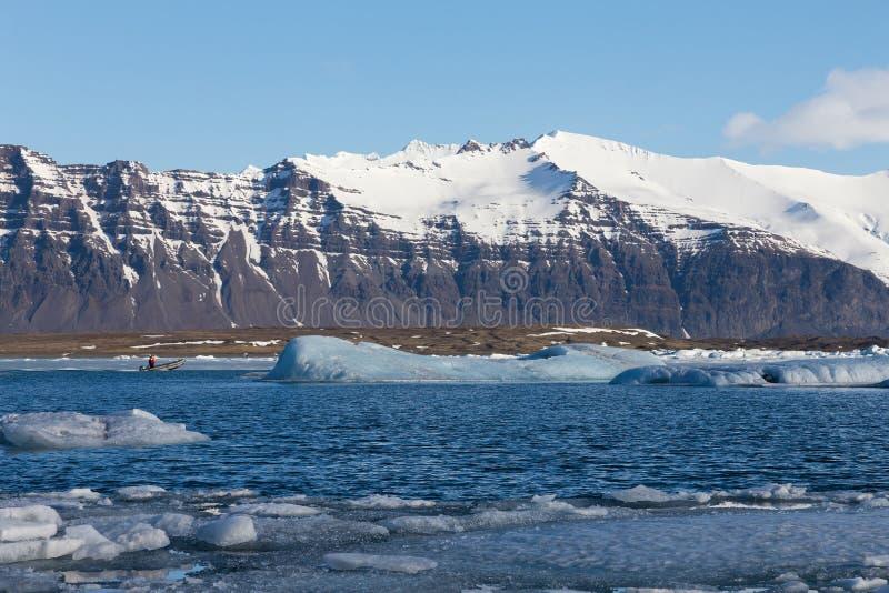 Montanha do vulcão sobre o lago do inverno, geleira Islândia de Jakulsarlon imagem de stock royalty free