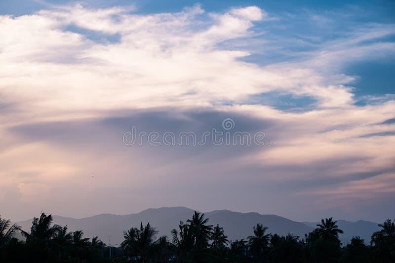 Montanha e árvore do movimento da cor da nuvem imagem de stock royalty free