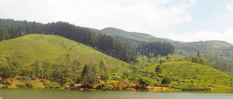 Montanha e céu do lago fotografia de stock royalty free