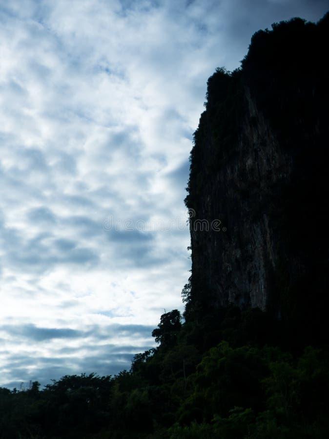 Montanha e céu na silhueta imagem de stock