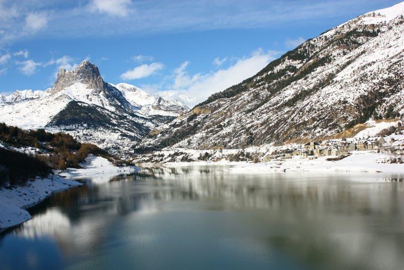 Montanha e cidade da neve no lago Lanuza foto de stock royalty free