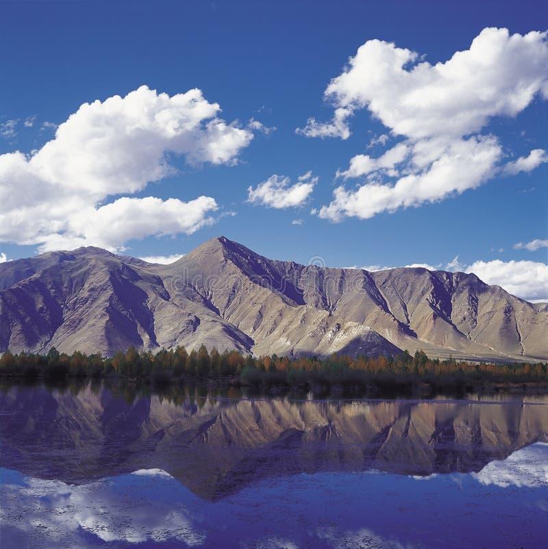 Montanha e lago ilustração do vetor