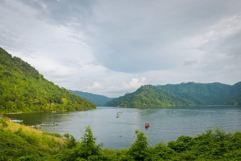 Montanha e lago bonitos em Nakhon Nayok, Tailândia fotografia de stock