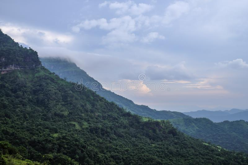 Montanha e na maior parte nuvens verdes do close up imagens de stock royalty free
