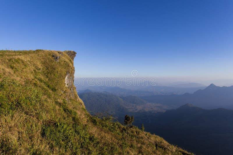 A montanha e o céu azul fotografia de stock royalty free