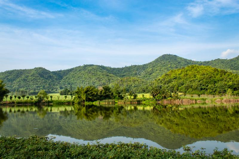 A montanha e o céu na represa, Supanburi fotografia de stock