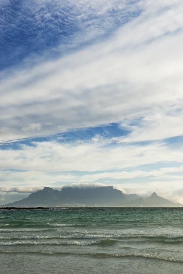 Montanha e ondas da tabela fotografia de stock royalty free
