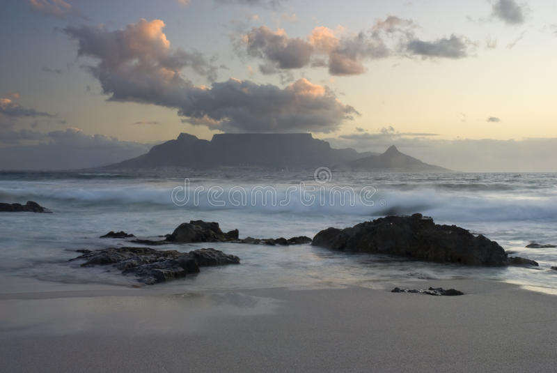 Montanha e ondas da tabela fotos de stock
