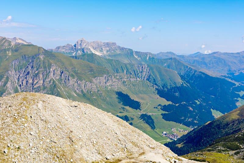 Montanha e paisagem da floresta em Tirol Áustria, região de Hintertux foto de stock