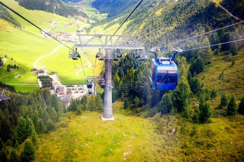 Montanha e paisagem da floresta em Tirol Áustria, região de Hintertux foto de stock royalty free