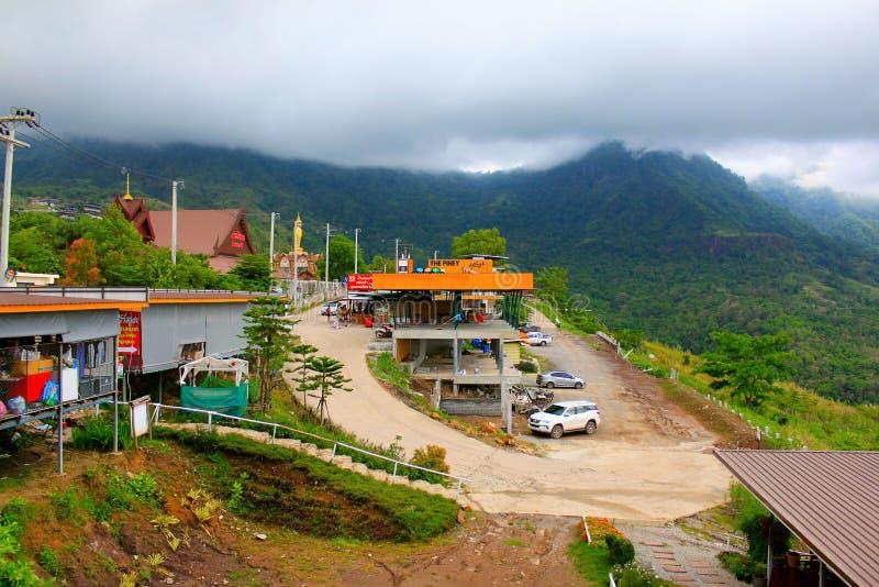 Montanha e parque de estacionamento nevoentos como visto do templo de Pha Sorn Kaew, em Khao Kor, Phetchabun, Tailândia imagens de stock royalty free