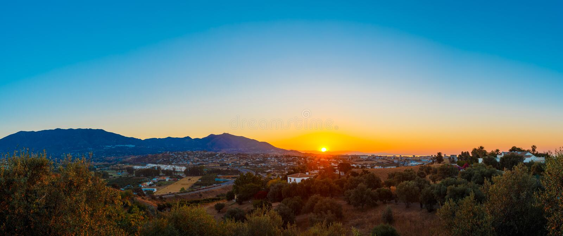Montanha e por do sol em Mijas, Espanha Silhueta escura da montanha imagem de stock royalty free
