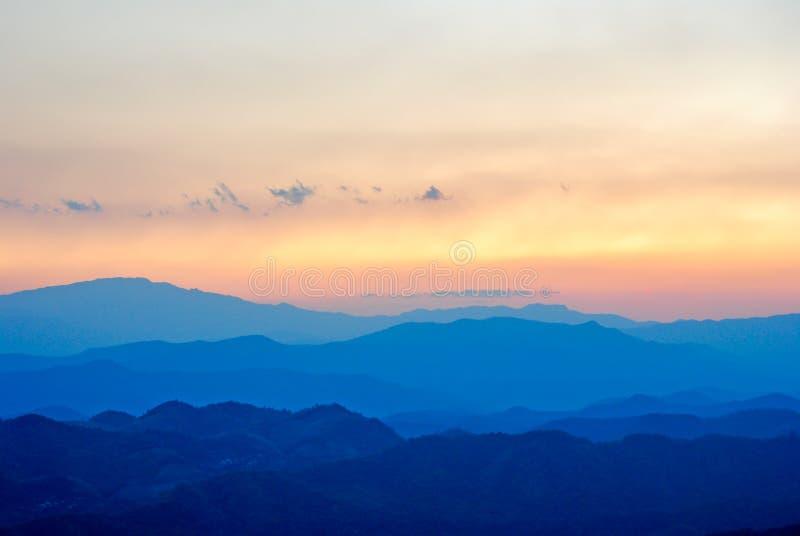Montanha e por do sol no pui Chiangmai de Doi, Tailândia fotos de stock royalty free