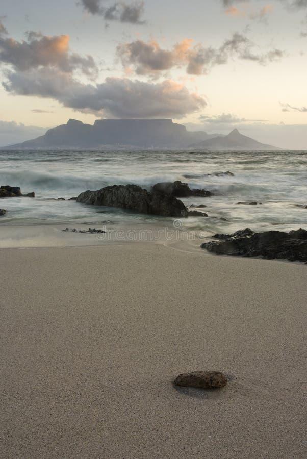 Montanha e praia da tabela foto de stock