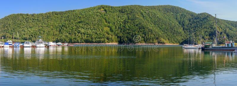 Montanha e reflexão no porto imagens de stock