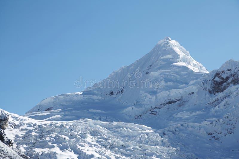 Montanha elevada da neve fotografia de stock royalty free