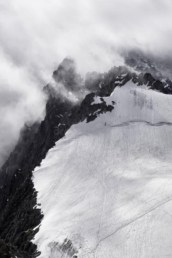 Montanha em Chamonix em um mau tempo com montanhistas foto de stock
