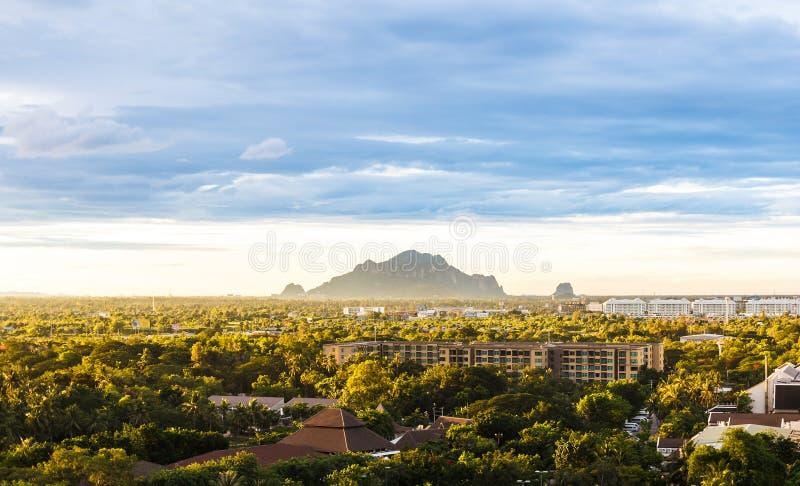 Montanha em distante distante foto de stock
