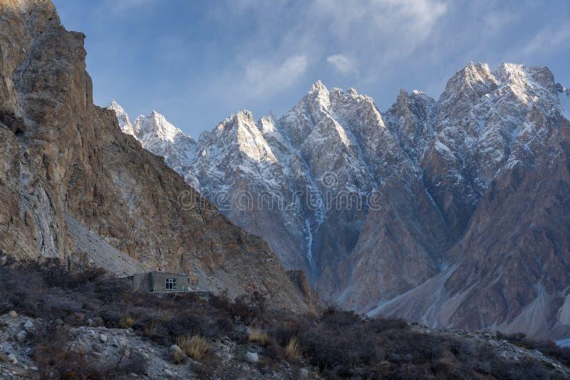 Montanha em uma manhã, vila da catedral de Passu de Passu, Bal de Gilgit foto de stock royalty free