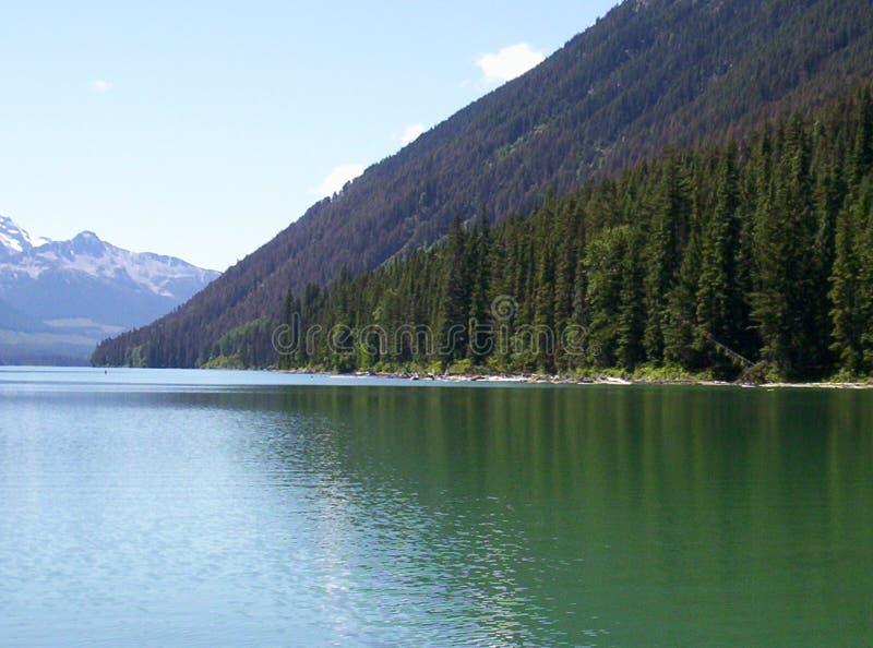 A montanha encontra o lago fotos de stock