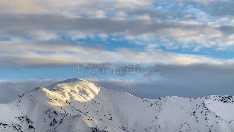 Montanha ensolarado notável do panorama claro coberta com a neve branca pulverulento no inverno fotos de stock royalty free