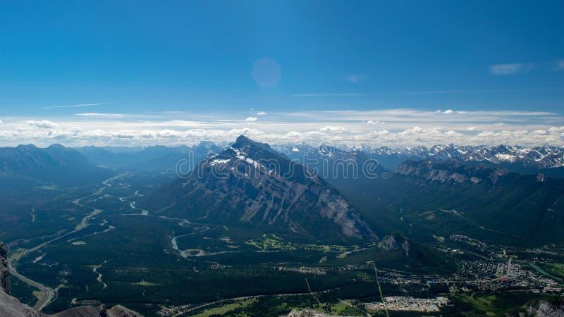 A montanha, estrada, árvores, nuvem, céu azul bonito amadurece-se foto de stock