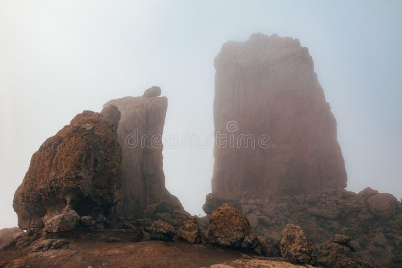 Montanha grande da rocha de Roque Nublo coberta com a névoa em Gran Canaria, fotografia de stock royalty free