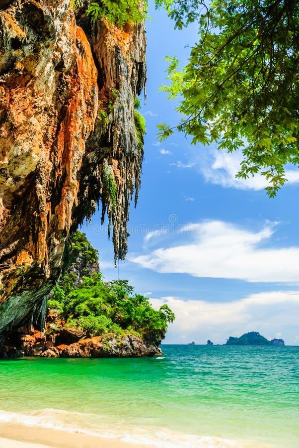 Montanha grande da rocha na praia de Pranang em Krabi, Tailândia imagem de stock