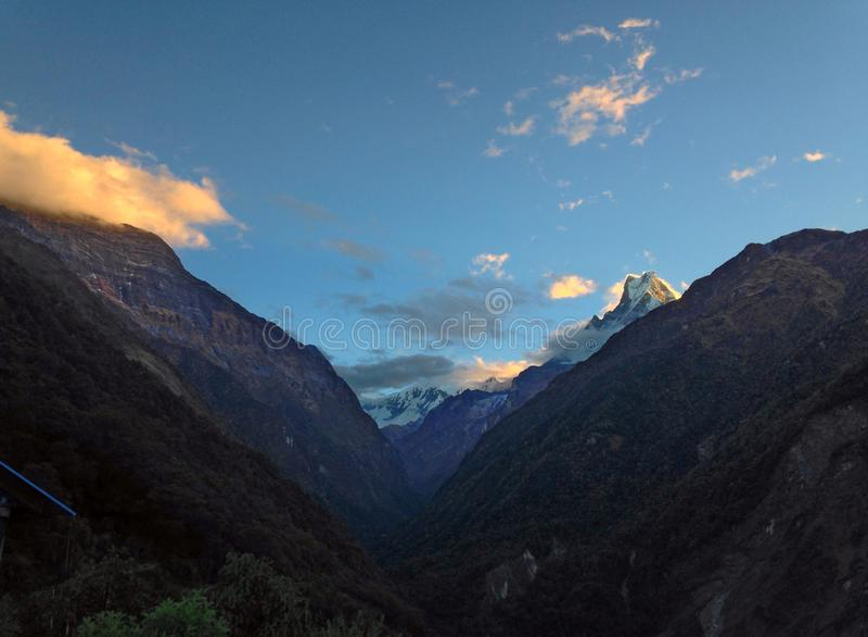 Montanha Machapuchare e cume imagem de stock