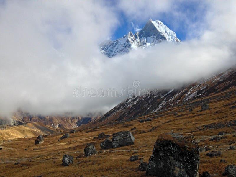 Montanha Machapuchare e cume imagens de stock